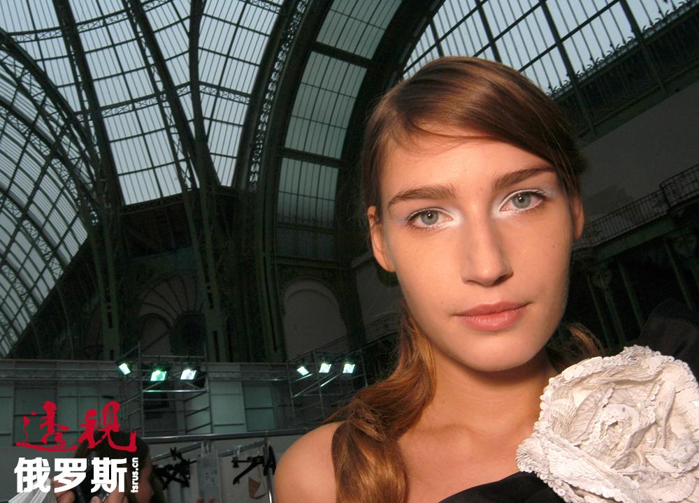 尤金尼娅现在更喜欢在巴黎的生活,学习室内设计并同时进行模特事业。