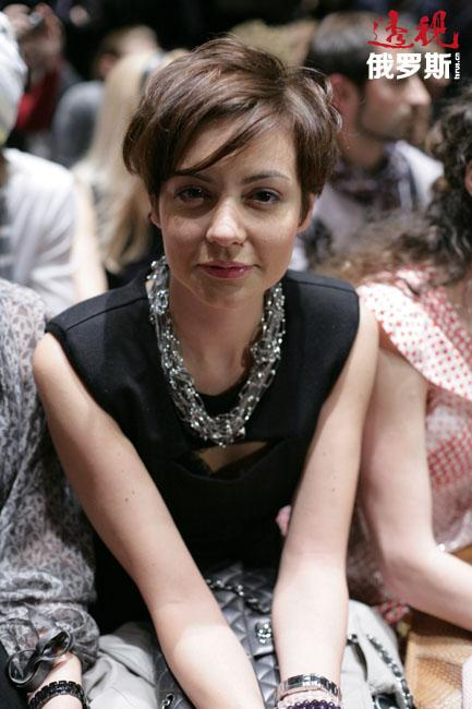1998年,塔妮娅的梦想终于成真——应MTV音乐频道之邀担任主持人,之后成为常任主持人。