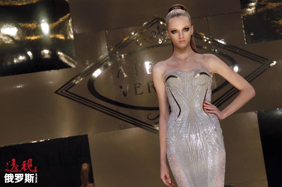 就像其他许多模特一样,黛莉雅被一家知名模特公司偶然发现、送往巴黎,于是她为了模特事业离开了大学。