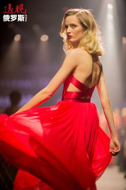 这一切并没有白费,她早在2007年7月就首次登上了米兰和巴黎时装周的舞台。