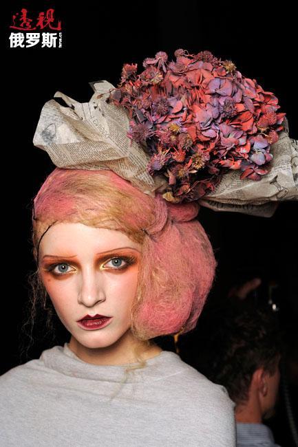 """2008年,黛莉雅·斯托寇思入选V杂志""""2008年度10佳模特""""名单。"""