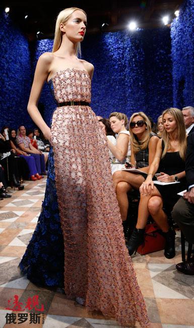 2009年1月,斯托寇思参加了巴黎高级时装周艾莉·萨博(Elie Saab)和华伦天奴(Valentino)时装秀。