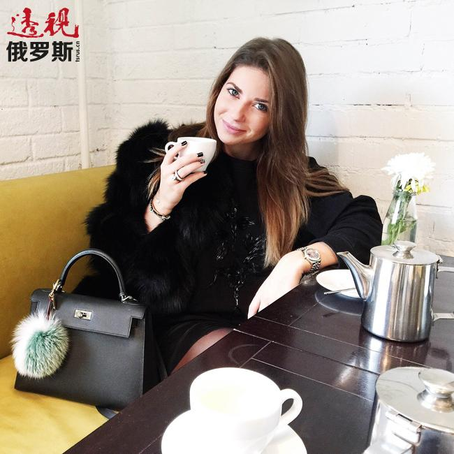 不久前,加林娜在自己的博客上加开了一档关于日常工作、家庭等问题的真人秀栏目,分享自己的个人生活。