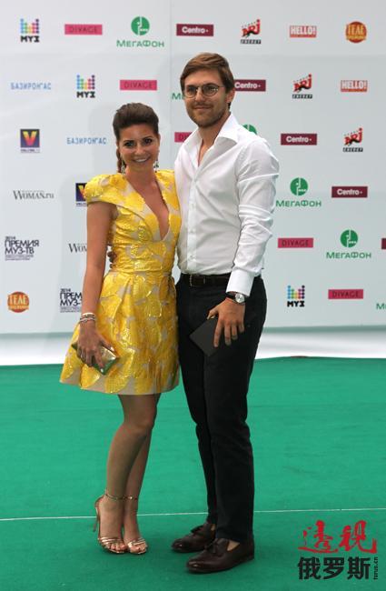 他们表示打算明年6月6日举行婚礼后去中国旅行。