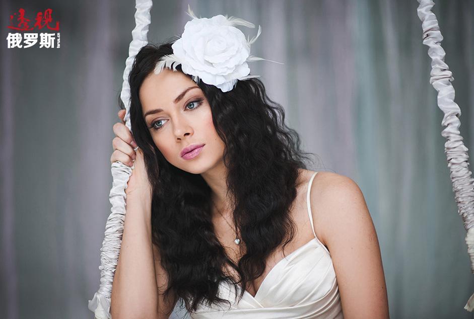 几个月后她首次发行的单曲令所有人大吃一惊,歌曲迅速进入俄罗斯和乌克兰电台滚动播放并一炮打响。