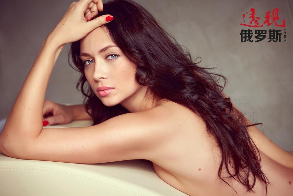 同样是在2013年,娜斯塔西亚登上了俄罗斯和乌克兰的男性杂志《花花公子》的封面。如果你想看到更多的图片,请访问女星的个人网站:http://samburskaja.ru/gallery/fairy-tale/