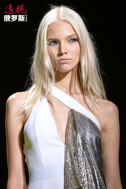在这之后,她受邀为《Vogue China》拍摄照片。杂志为她挑选了圣罗兰、古奇、阿瑟丁·阿拉亚和埃米利奥·普奇的品牌服装。著名摄影师乔什-奥林斯亲自掌镜。