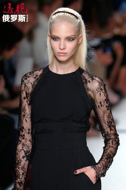 在巴黎高级时装周上,她参加迪奥专场秀。