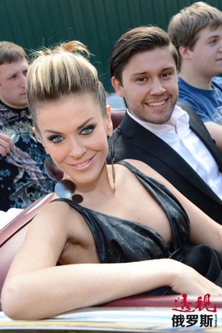 塔季扬娜的个人生活同样顺利,她的丈夫是ru.tv音乐频道的主持人斯拉瓦·尼基京(Slava Nikitin)。