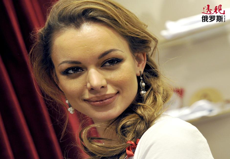 阿纳斯塔西娅•罗曼佐娃(Anastasia Romantsova)是著名俄罗斯设计师、A La Russe品牌创始人,1983年生于克拉斯诺达尔市。