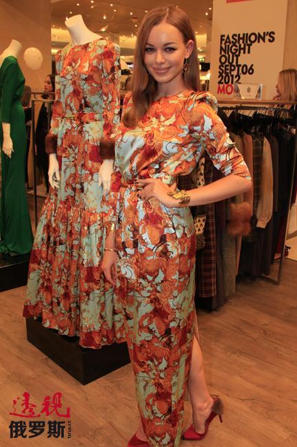 """阿纳斯塔西娅说:""""a`la Russe的宗旨是关注并爱自己:所有衣服都不张扬、裸露,简单大方。其要完成的主要功能是改善身体比例并创造一个真正女人的感觉。色彩的和谐与美以及比例——这就是工作中引领我们的主题。"""""""