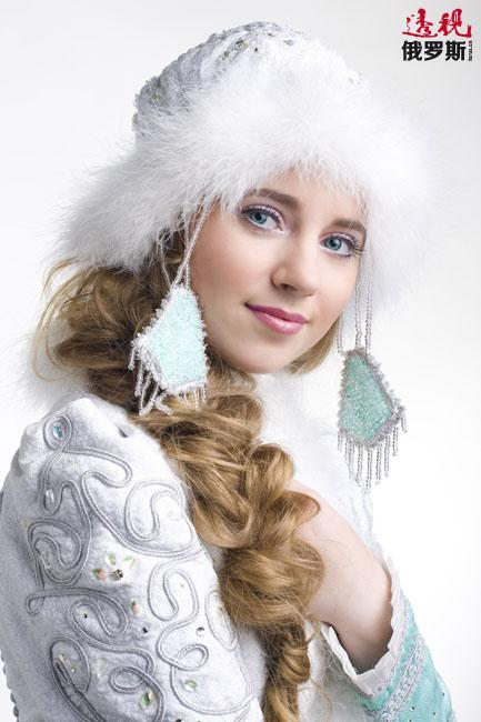 雪姑娘是俄罗斯版圣诞老人——严寒老人的孙女和助手,住在俄古老城市科斯特罗马。关于雪姑娘有着一段唯美传说;她单纯善良、追求真爱的形象也得到各地人民的喜爱。