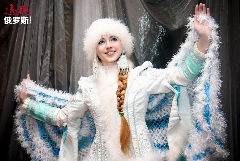 亚历山大•奥斯特洛夫斯基是俄罗斯最著名的剧作家之一,科斯特罗马州是他的故乡。这位作家从小由保姆养大,保姆给他讲了很多童话故事。也正是她给了奥斯特洛夫斯基创造雪姑娘形象的灵感。 奥斯特洛夫斯基在1873年完成剧本《雪姑娘》(剧中音乐由柴可夫斯基创作),后来由作曲家里姆斯基-科萨科夫改编成一部四幕歌剧,并于1882年在圣彼得堡首映。该剧本的芭蕾舞剧在1878年问世。