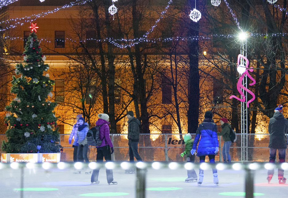 The natural ice rink formed between the alleys in Hermitage Garden's shady area. It's 4,000 square meters in area. It also has a warm pavilion where you can rent skates or leave coats. Guests can freshen up right on the ice where warm snacks and hot drinks are served. Admission costs 350 rubles (6$), rental skates cost 200 rubles (4$) per hour.