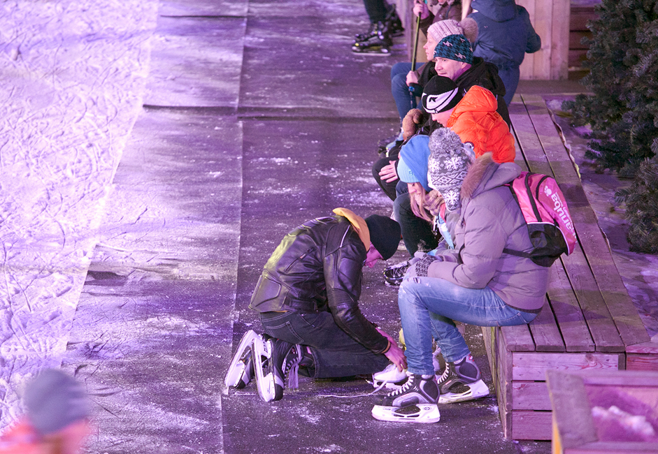 A free skating rink with natural ice will be created at Sokolniki Park in mid-December. You can change your shoes for skates while sitting on benches lining the alley from the entrance (and then tip-toe your way along the asphalt to the ice), or on benches around the rink's perimeter.