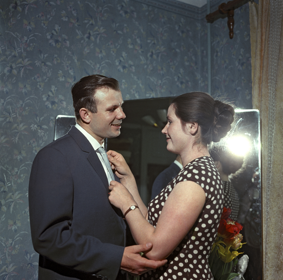 In the thaw years of the 1960s, the veneer of collective celebration was pierced by individualized happiness, changing the facial expressions, plasticity, themes and tonality of the pictures. // Pilot and cosmonaut Yuri Gagarin at home with wife Valentina, 1962