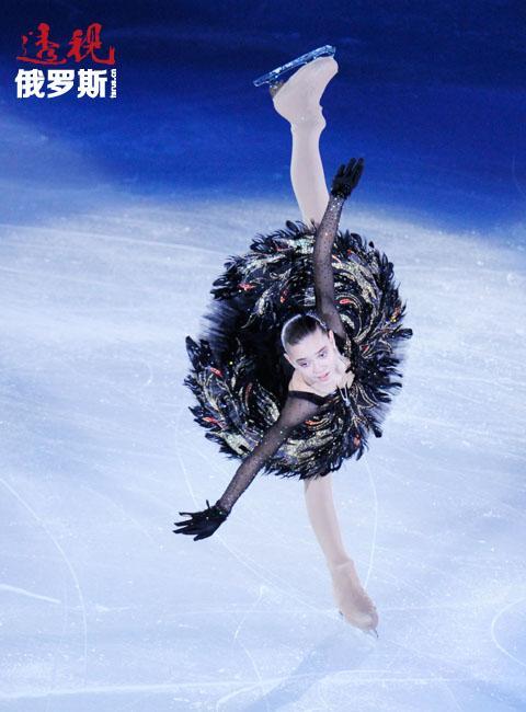 阿杰琳娜·索特尼科娃全身心地投入到花样滑冰中。