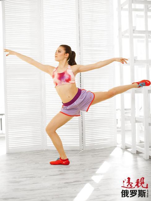 阿杰琳娜4岁起在比留列沃体育学校学习花样滑冰,三年后开始师从包括叶莲娜·沃多列佐娃(Elena Vodorezova)和传奇的塔季扬娜·塔拉索娃(Tatyana Tarasova)在内的著名教练。