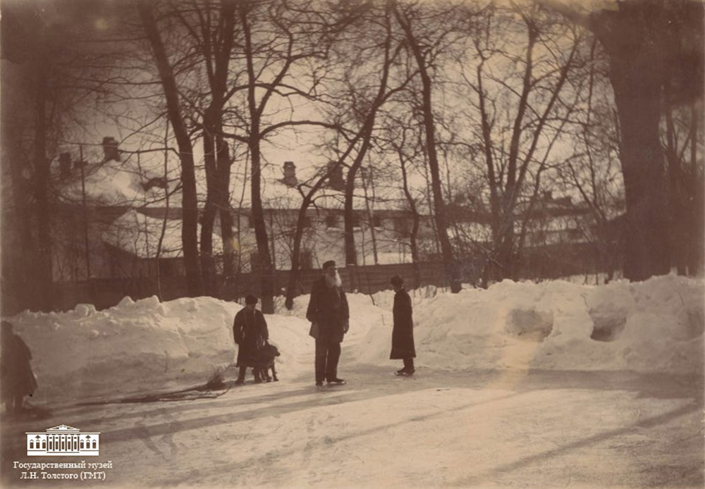Η έκθεση «Ένας διαφορετικός Τολστόι» θα παραμείνει ανοικτή μέχρι τις 31 Δεκεμβρίου 2015 στο Κρατικός Μουσείο Τολστόι στη Μόσχα, στην οδό Πρετσίστενκα, 11/8. // Ο Τολστόι κάνει πατινάζ στον κήπο, τον Μάρτιο του 1898 στη Μόσχα. Φωτογραφία της Σοφίας Τολστόι.