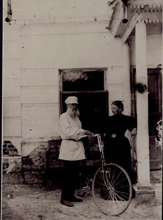 Στο Κρατικό Μουσείο Τολστόι στη Μόσχα εκτίθενται 12.000 φωτογραφίες του μεγάλου συγγραφέα, με στιγμιότυπα από τις πολυποίκιλες δραστηριότητές του, μέχρι τα βαθιά γεράματά του. Κάνοντας πατινάζ, ποδήλατο, παίζοντας τένις, σε περιπάτους με την εγγονή του, κάνοντας ιππασία στο κτήμα της Γιάσναγια Πολιάνα ή παίρνοντας το πρωινό του στη βεράντα. // Λέων Τολστόι και Σοφία με ένα ποδήλατο, το 1895, Γιάσναγια Πολιάνα, φωτογραφία της Σοφίας Τολστόι.