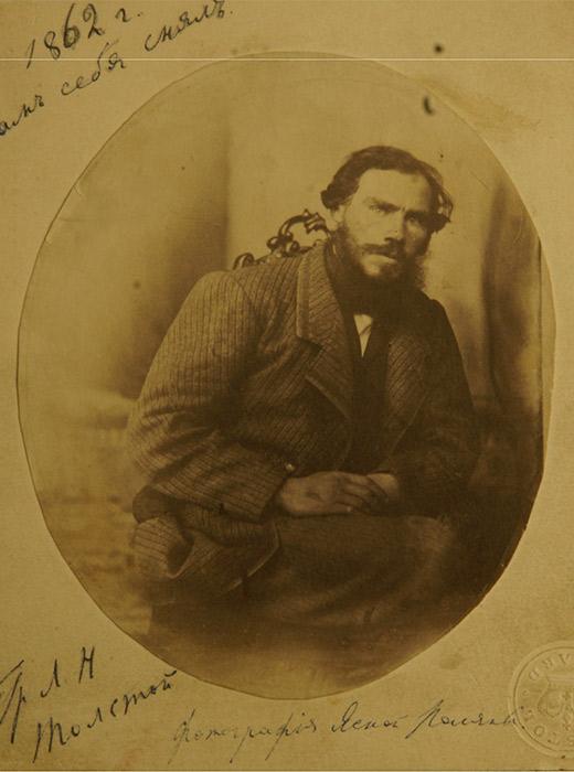 """Όσο αυξανόταν η δημοτικότητα του Τολστόι τόσο πολλαπλασιάζονταν και ο αριθμός των φωτογραφιών του. Φωτογραφήθηκε από τα διασημότερα φωτογραφικά πρακτορεία της εποχής, τους ανταποκριτές των ρωσικών και ξένων εφημερίδων και τα περιοδικά. Το 1862 φωτογράφησε τον εαυτό του – ήταν το πρώτο του """"αυτοπορτρέτο"""". // Λέων Τολστόι «Αυτοπορτρέτο», 1862, Γιάσναγια Πολιάνα"""