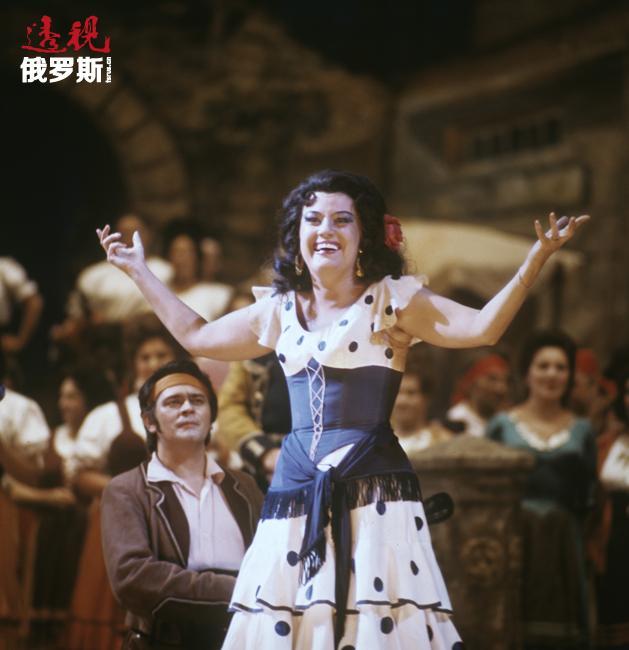 在俄罗斯,奥布拉兹佐娃成为奥伯伦(本杰明·布里顿创作的歌剧《仲夏夜之梦》)和朱迪思(巴托克创作的歌剧《蓝胡子公爵的城堡》)的首席扮演者。她参演的角色还包括阿达尔吉萨(贝里尼创作的歌剧《诺尔玛》)、焦万娜·西摩(多尼采蒂创作的歌剧《安娜·博莱娜》)、奥菲斯(格鲁克创作的《奥菲欧与优丽狄茜》)以及歌剧《卡门》中的卡门。1975年,她在西班牙演绎的卡门被公认为世界上最好的表演。1986年,由奥布拉兹佐娃担任导演所执导的歌剧《维特》在儒勒·马斯内剧院上演。