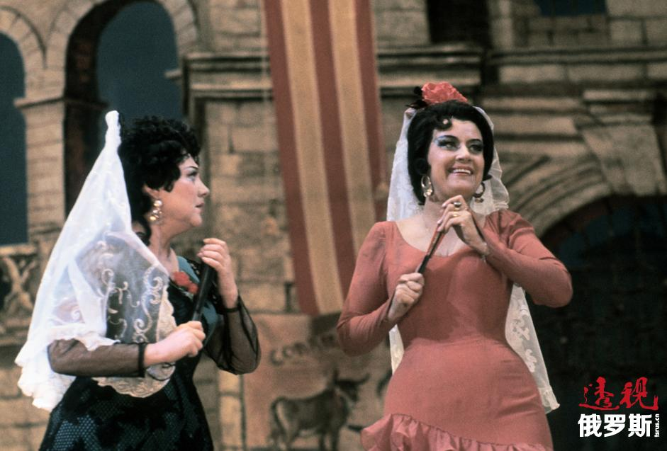 奥布拉兹佐娃扮演的角色不胜枚举,类型广泛,成功演绎了18-20世纪不同风格与流派的作曲家的100多部作品,其中包括歌剧、室内乐、教堂音乐、俄罗斯歌曲、怀旧歌曲、经典歌剧、标准爵士乐等。她经常表演奥尔基·斯维里多夫的作品,后者为其量身创作了《亚历山大·勃洛克十首诗歌》,并根据谢尔盖·叶赛宁的诗歌《远走的罗斯》为她创作了歌剧,而这部作品最初本是为一名男中音歌唱家所写。