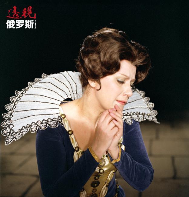 叶莲娜·奥布拉兹佐娃曾在世界各大歌剧院进行演出,如马赛歌剧院、巴塞罗那里西奥歌剧院、维也纳国家歌剧院、旧金山歌剧院、米兰斯卡拉歌剧院、大都会歌剧院、华盛顿国家歌剧院、伦敦考文特花园皇家歌剧院、布宜诺斯艾利斯科隆歌剧院等。她还曾与多名世界级歌唱家合作演出,其中包括女中音歌唱家琼·萨瑟兰,女高音歌唱家蒙特塞拉特·卡巴耶、雷纳塔·史科朵、米瑞拉·弗蕾妮,男高音歌唱家普拉西多·多明戈、帕瓦罗蒂和卡雷拉斯。