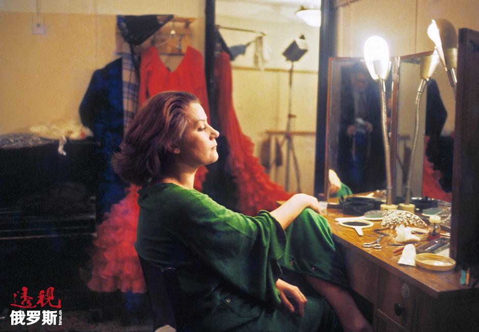奥布拉兹佐娃还投身教育事业。1973-1994年期间,她执教于柴可夫斯基莫斯科国立音乐学院,并自1984年开始一直担任教授。1996年,奥布拉兹佐娃文化中心在圣彼得堡成立,承办国际青年歌剧演员大赛。2011年12月,奥布拉兹佐娃成立了以自己的名字命名的支持音乐艺术慈善基金,旨在实施各项教育项目以及成立国际音乐学院。