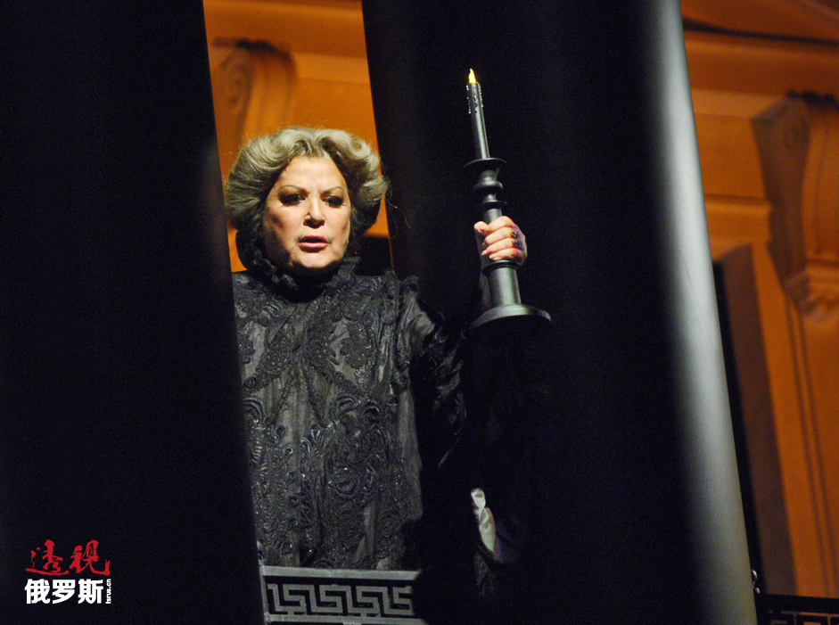 """2013年12月,奥布拉兹佐娃举行活动庆祝""""布拉沃,叶莲娜!""""创作音乐会举办50周年。2014年12月28日,她在大剧院举行了自己的最后一场演出。当时,剧院特别为她举办了盛大的""""歌剧院舞会""""音乐会,歌唱家安娜·奈瑞贝科、玛利亚·古列金娜、德米特里·霍洛斯托夫斯基以及何塞·库拉等纷纷登台献艺,而奥布拉兹佐娃自己则以最喜爱的《黑桃皇后》种的伯爵夫人形象出场。"""