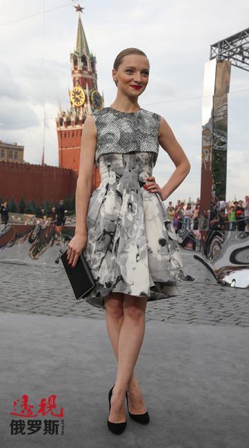时尚是叶卡捷琳娜最大的爱好。她流连于时装秀场,并常常举办社交活动。图中:去年7月,迪奥品牌在莫斯科举行展示活动(叶卡捷琳娜自然也身着该品牌服装)。