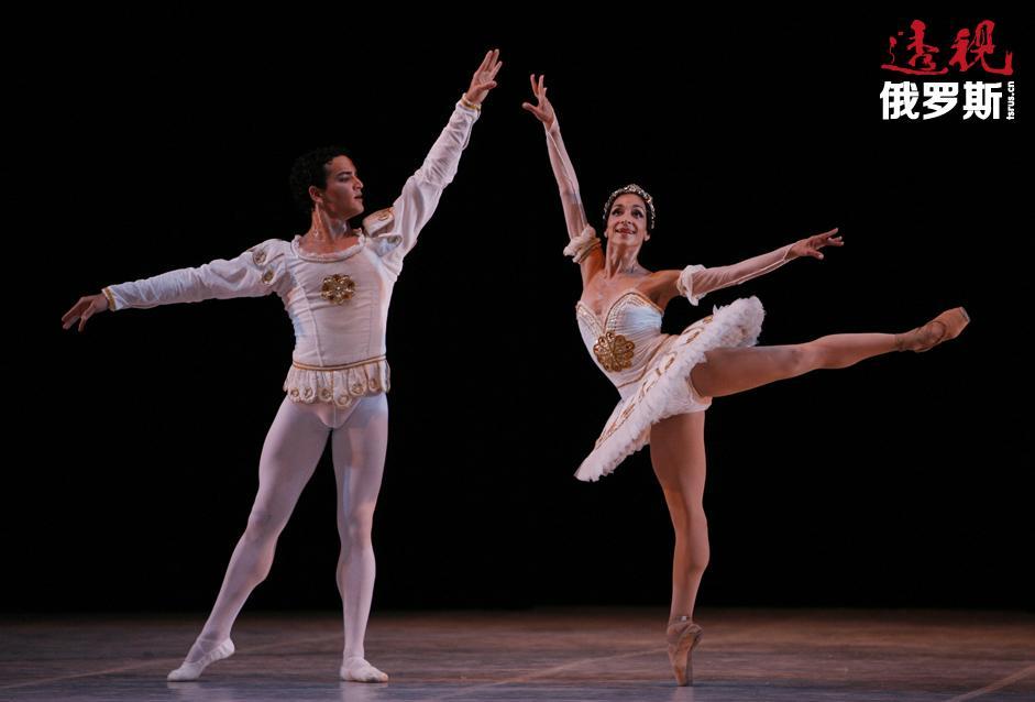 2013年4月,纳塔利娅·奥西波娃与伦敦皇家芭蕾舞团签署永久合同,并成为伦敦皇家芭蕾舞团首席芭蕾舞演员。