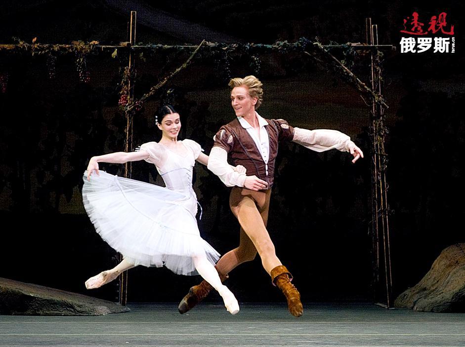 整个莫斯科都在谈论奥西波娃精彩且美妙的舞姿,她的演出一场接一场进行。从2008年开始,她成为大剧院的主要独舞演员,而从2010年开始,她则已是首席芭蕾舞演员。