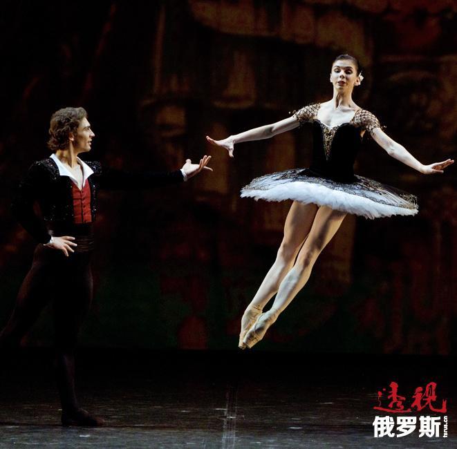 2011年,奥西波娃与自己的舞伴伊万·瓦西里耶夫离开大剧院进入米哈伊洛夫斯基剧院。奥西波娃在米哈伊洛夫斯基剧院成为首席芭蕾舞演员。