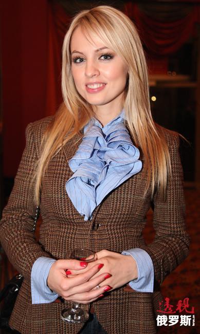 随后,雅尼娜·斯图吉利娜搬至莫斯科生活,并考取俄罗斯联邦政府直属财经大学。