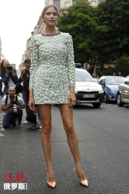 埃琳娜·佩米诺娃不久前才在时尚界迅速蹿红。2008年,俄罗斯富豪亚历山大·列别捷夫(Alexander Lebedev)开始与其出双入对。人们很快就知道了二人的情侣关系。二人年龄相差27岁。