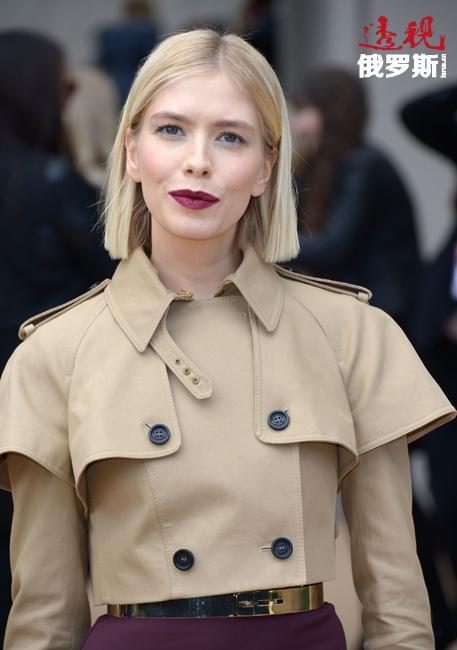 """今天,任何时尚活动都离不开埃琳娜·佩米诺娃的参与。不仅是俄罗斯,甚至全球各地成千上万时髦女性都在模仿埃琳娜的风格。""""您可能会感到惊讶,但我是个非常实际的人,我买衣服极为挑剔。许多名款时装都是设计师送给我的。""""这位世界名媛说。"""