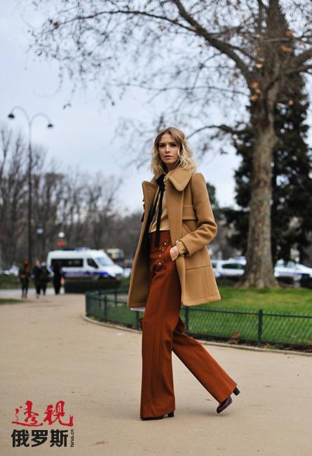 埃琳娜买得起最顶级品牌的奢侈时装,也会留意大众服饰。她用自己的例子证明,一个女人的衣柜中,奢侈品牌和大众服装完全可以兼容并蓄。