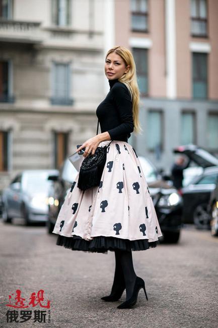 风情万种的精美长身礼服、带膨化袖的轻盈短衫还有衬托腰身的膨体长裙,这些都是俄罗斯美女形象的组成部分。