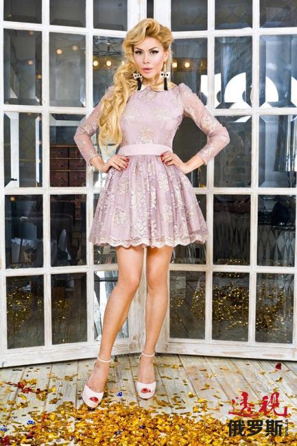 """贝拉的新职业源于其灵魂深处那充满对轻盈舞者优美动作和无限女人味道的偏爱。贝拉设计的服装代表了芭蕾舞所不能给予她的一切。蓬松的裙子、华丽的色彩、白色的蕾丝衣领和袖口,这些都是""""Bella Potemkina""""品牌的特点。"""