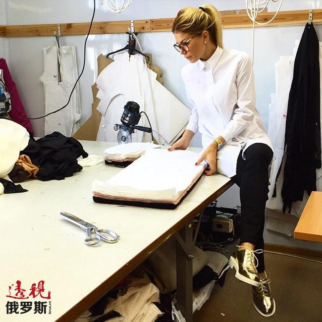 贝拉为此定期在影视圈内举行新品发布会并慷慨地无偿将自己设计的服装赠与萨提·卡萨诺瓦、亚历山大·萨韦利耶夫、瓦莱里娅等知名人士。贝拉还在莫斯科开设了专卖店,任何人都可以去参观选购她设计的系列服装。