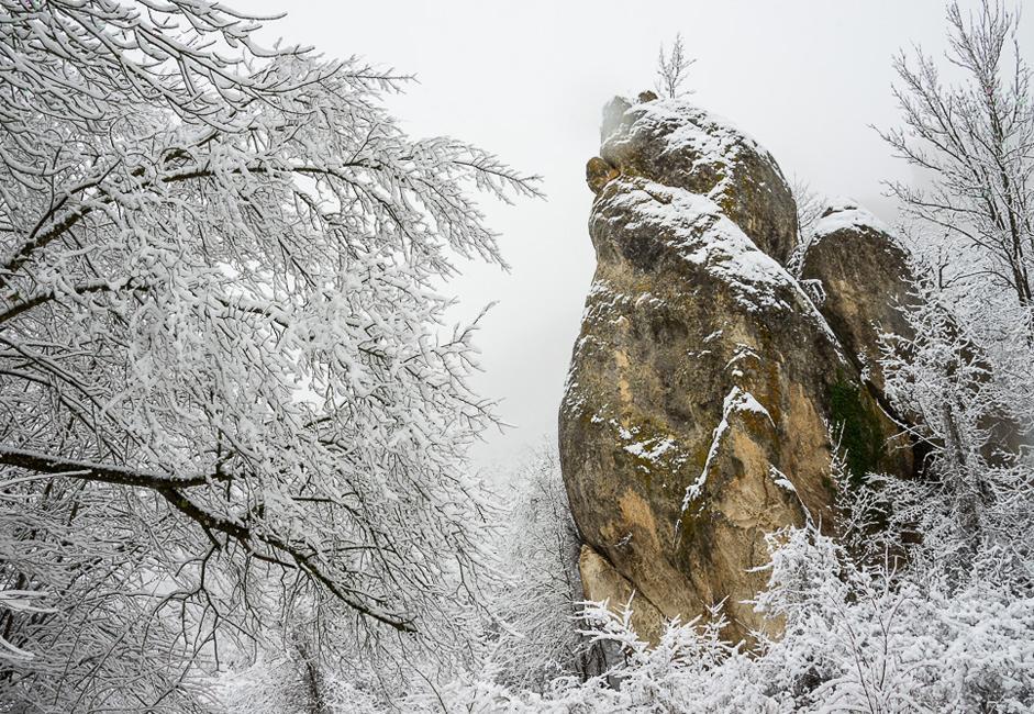La cumbre del sur es la que guarda toda la belleza de la naturaleza. Numerosos terremotos, lluvias y eolizaciones dotaron a la montaña de una variedad impresionante de relieves y esculturas.