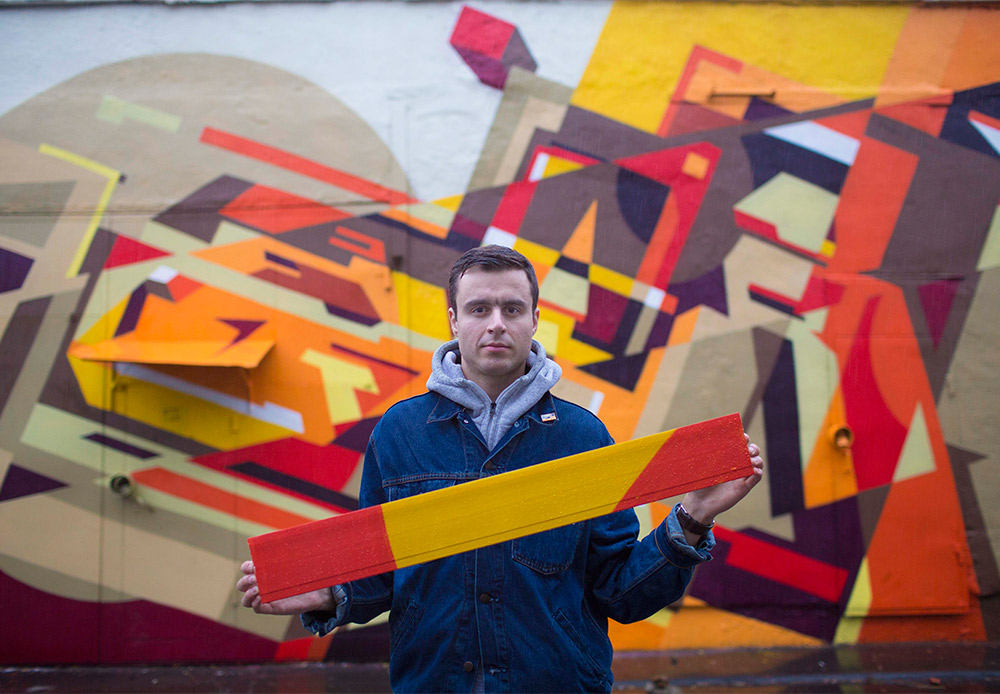 """Petro: """"I like working with shape and color. When I saw the urban space where I'd be working, the image appeared in my head all by itself and I just gave material form to it. The same with this small piece I'm holding here. It reiterates precisely the main idea of the picture behind me."""""""