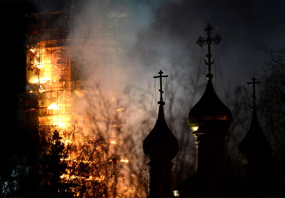 Le couvent de Novodievitchi de Moscou fut fondé en 1524. En 1683-1685, un clocher de six étages d'une hauteur de 73 mètres y fut érigé. 330 ans plus tard, dans la nuit du 15 mars 2015, le clocher a pris feu.  L'incendie s'est déclaré au sommet de la tour lorsque les échafaudages se sont enflammés : le clocher est en restauration depuis fin 2014.