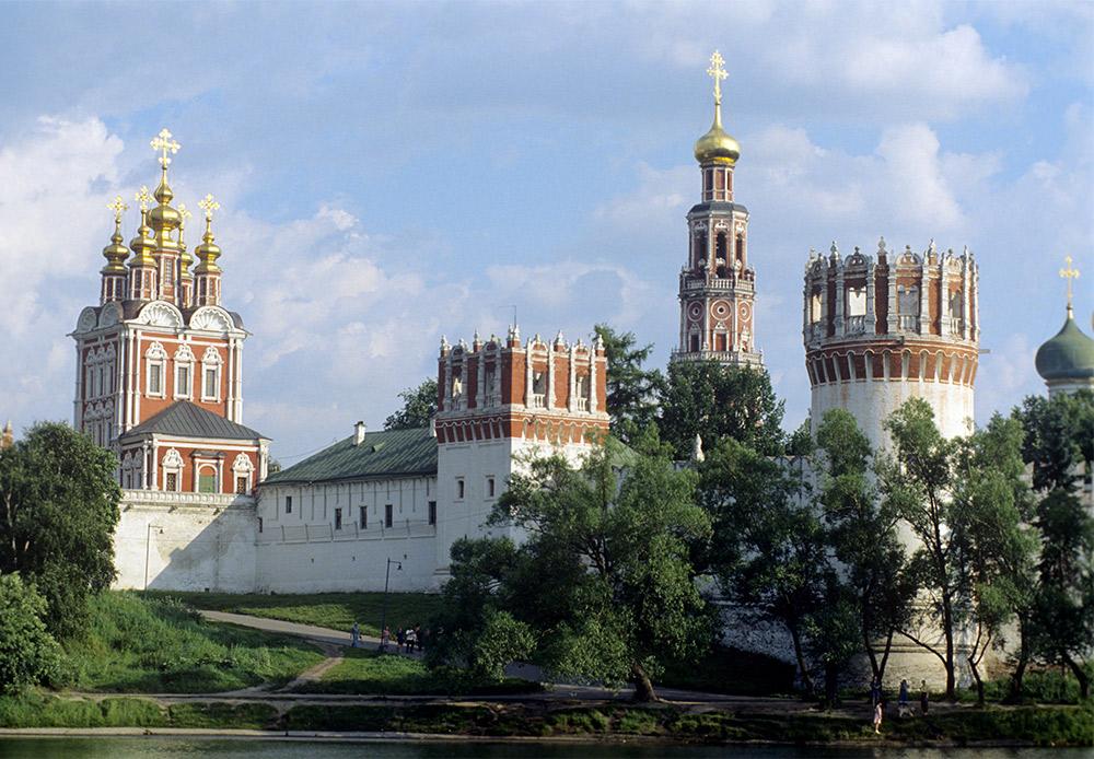 La plupart des bâtiments actuels du monastère remontent à la seconde moitié du XVIIe siècle et sont un exemple du style « baroque de Moscou ».
