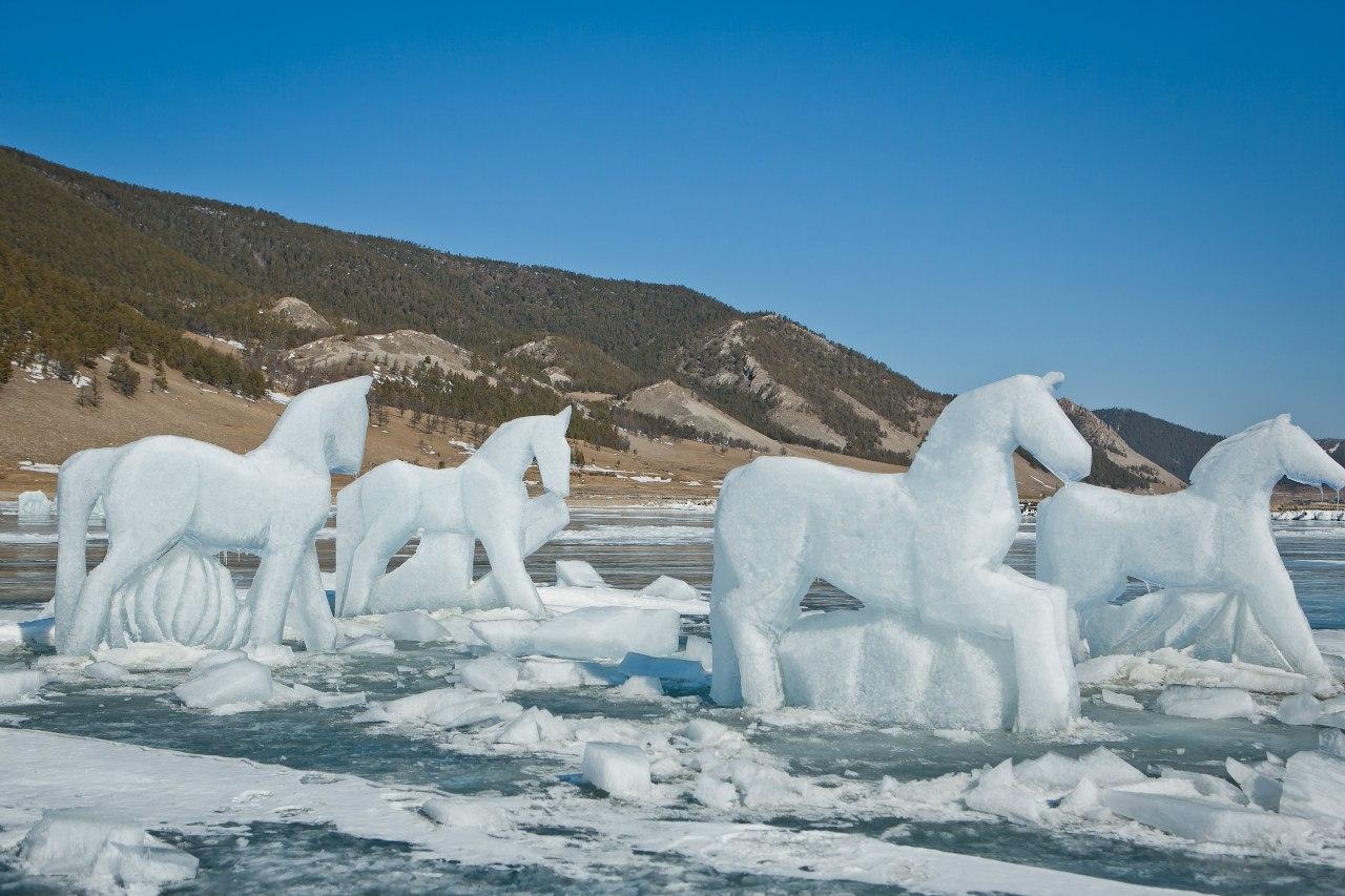 Alla fine di marzo nove cavalli, al galoppo verso oriente, sono apparsi sulle coste del Bajkal. A guidarli era Baigal, un cavallo di dodici metri che, secondo la leggenda locale, sarebbe stato il progenitore di questi meravigliosi animali. Le figure sono state intagliate così bene che era addirittura possibile intravedere la forma dei muscoli
