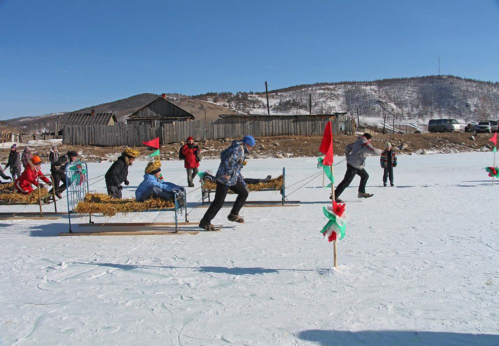Per esempio l'8 marzo abbiamo organizzato una gara di velocità su ghiaccio per le famiglie, e un campionato di calcio per ragazze. Durante la Maslenitsa si sono svolte battaglie con i cuscini e tiro alla fune