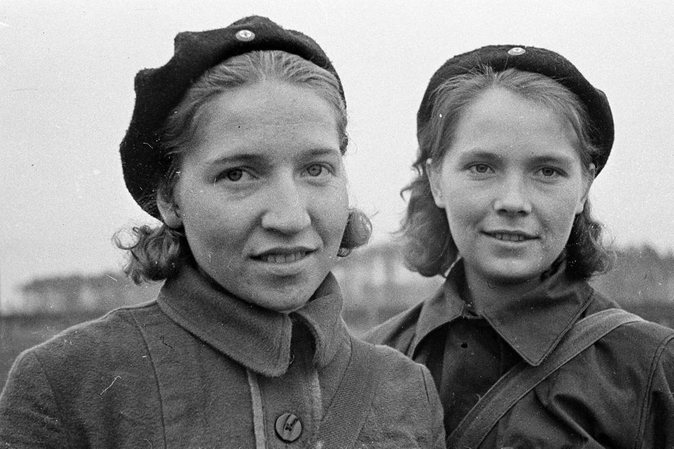 Μαρία Μενβέντεβα και Γιουζέφα Ιβάσινα, γιατρίνες αξιωματικοί από το 1ο Τάγμα, του Πρώτου Κομμουνιστικού Συντάγματος. Μόσχα, Οκτώβριος 1941.