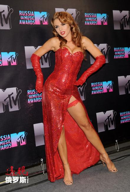 2006年底到2007年初,安娜签约Real Records唱片公司,推出歌曲《最好的女孩》的MV。她开始携自己的歌曲出现在俄罗斯和乌克兰电视台的数档节目里。