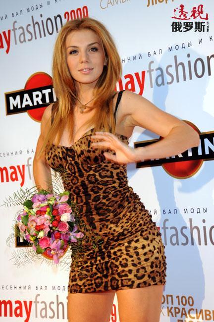 """但其作为优秀歌手的荣誉则是2002年初接替休产假的娜杰日达·梅海尔加入流行音乐组合""""维亚-格拉""""之后获得的。"""